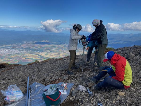 羊蹄山山頂の掘削作業